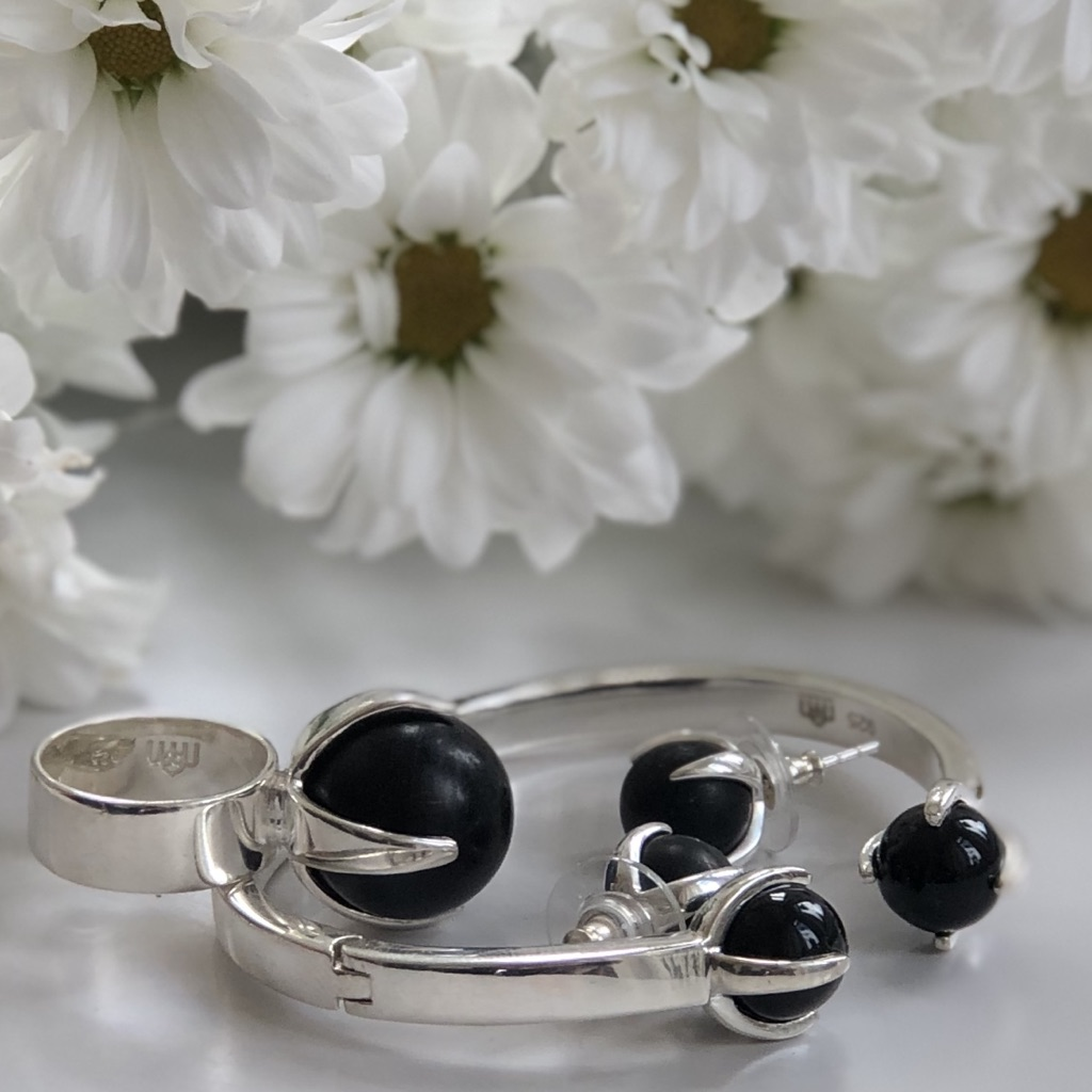 Smyckesset i silver med onyx. Jewelry set in silver with onyx.