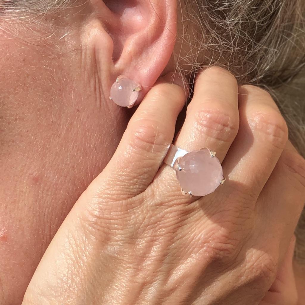 Silverring och örhängen med rosenkvarts.Silver ring and earrings with rose quartz.