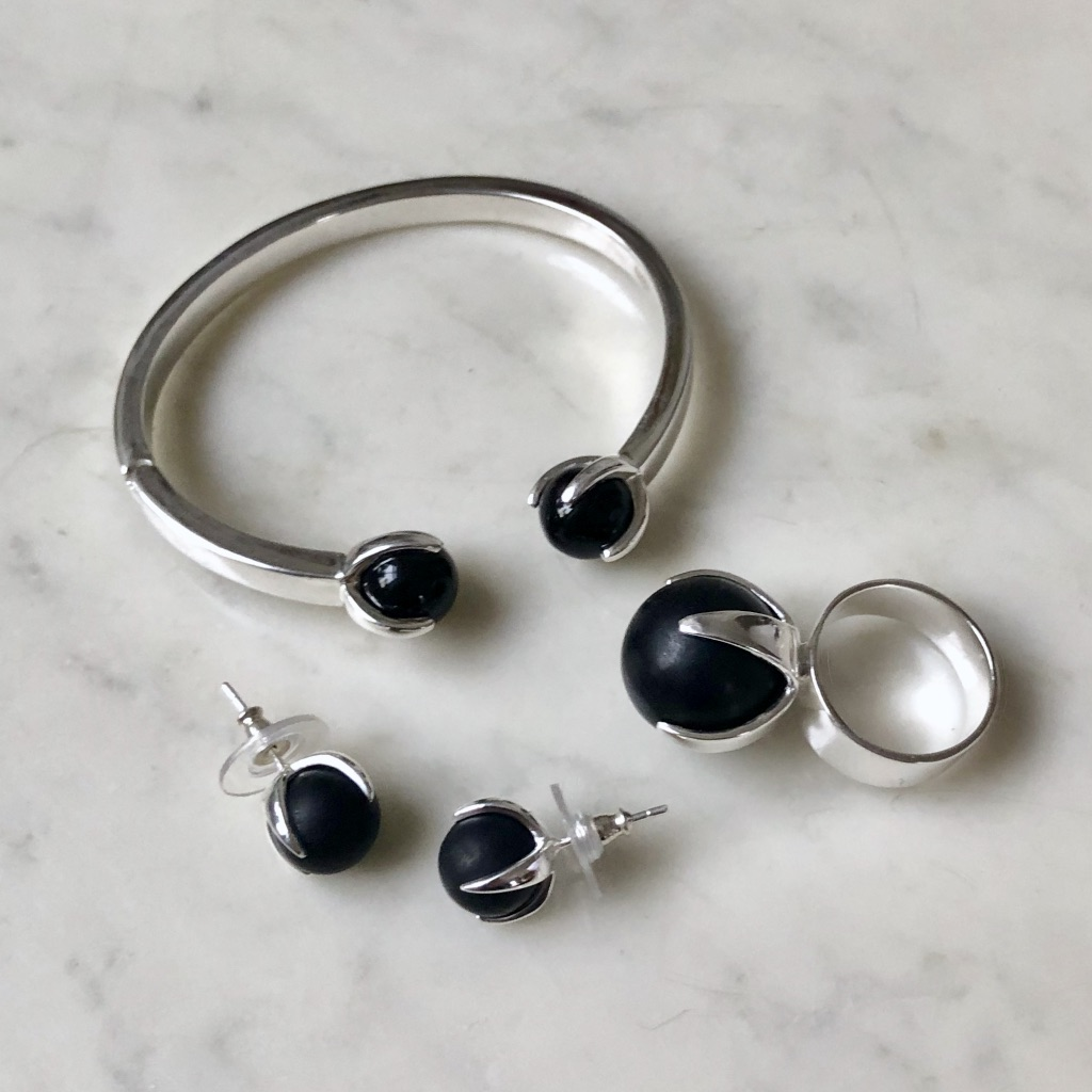 Matchande smyckes-set med onyx. Matching jewellery set with onyx