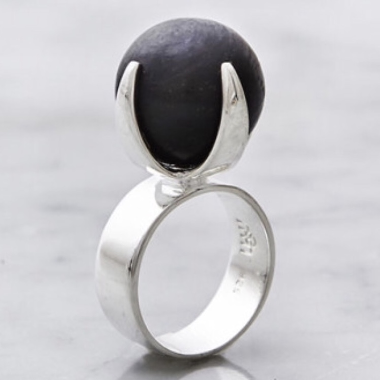 Stor silverrig med stor svart onyx. Big silver ring with big black onyx stone.