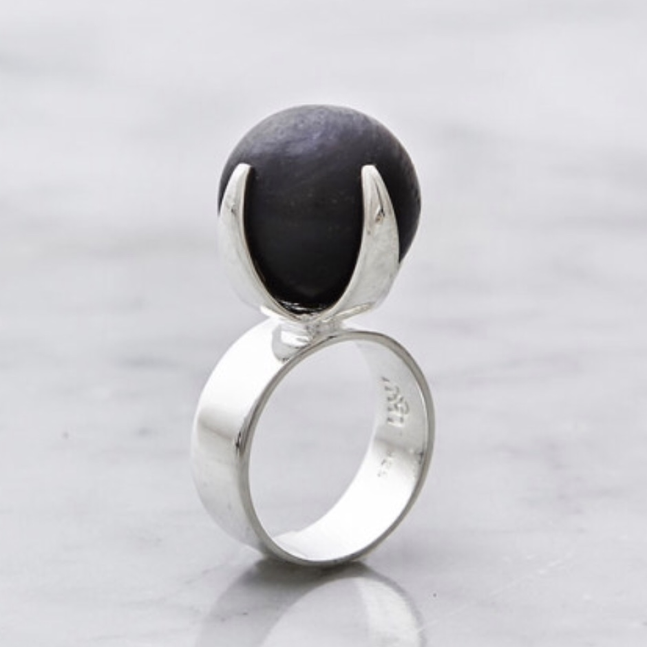Stor silverring med onyxsten. Big silver ring with black onyx stone.