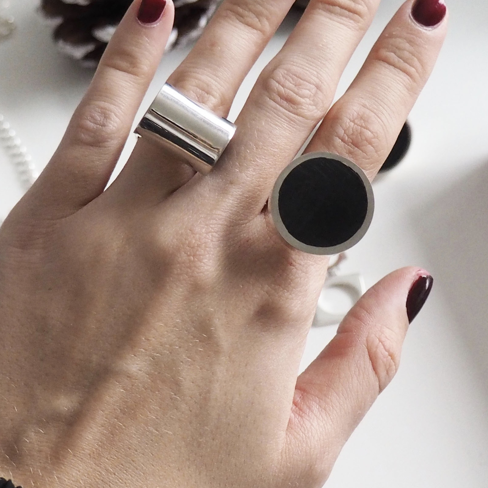 Två stora silverringar med svart onyx. To big silver rings with black onyx.
