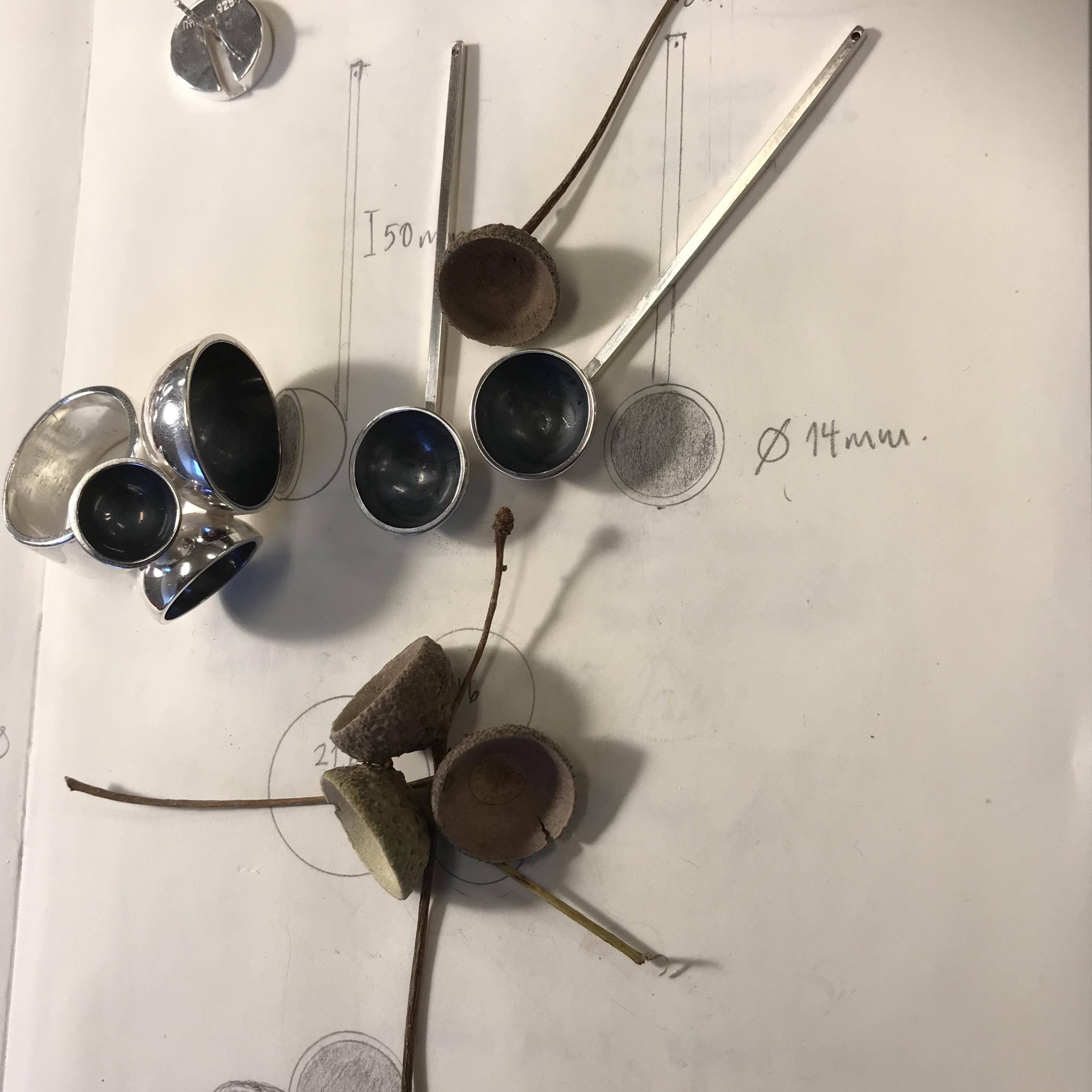 oxiderat silverörhänge med ekollon. oxidised silver earring with acorn.