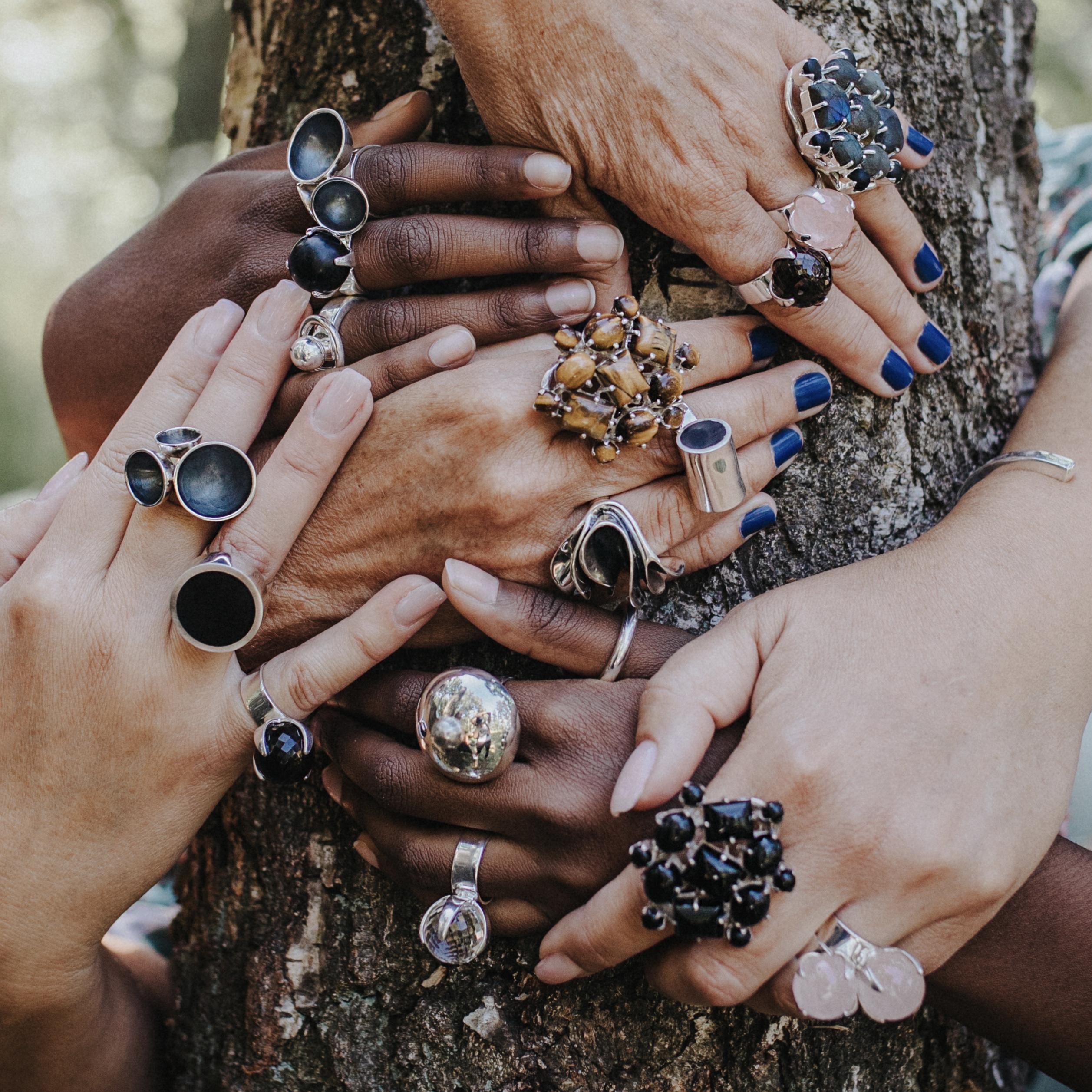 Händer med många stora ringar. Hands with many big rings.