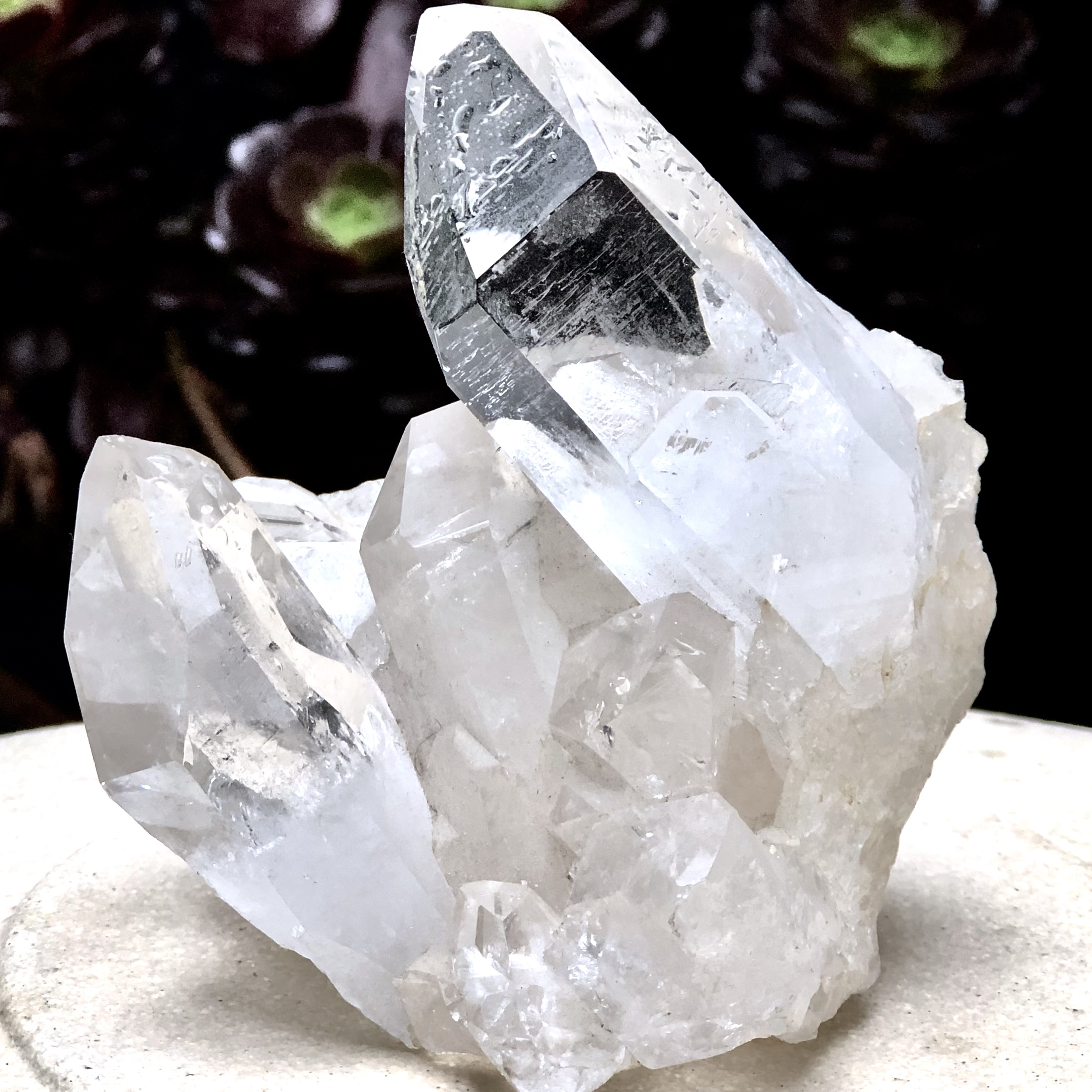 Oslipad naturlig bergskristall. Unpolished natural crystal quartz.