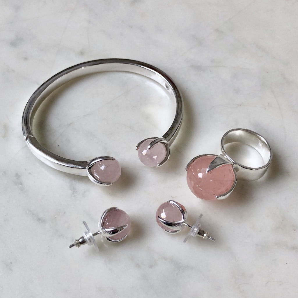 Matchande smyckes-set med rosenkvarts. Matching jewellery set with rose quartz