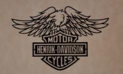 Harley Davidson skylt med örn och texten Henrik Davidson Motor Cycles.