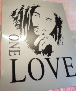 Bob Marley skylt med dubbla plåtar och texten One Love.
