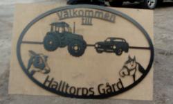 Stor gårdsskylt med figurskuren traktor, camaro, häst och ko.