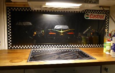 Köksbänksdekor med bilar och motorcykel.