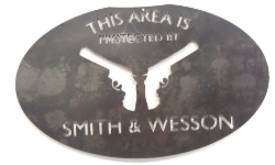 Plasmaskuren väggskylt med pistoler.