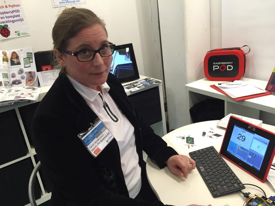 Karin VD på mässa med Raspberry Pod.