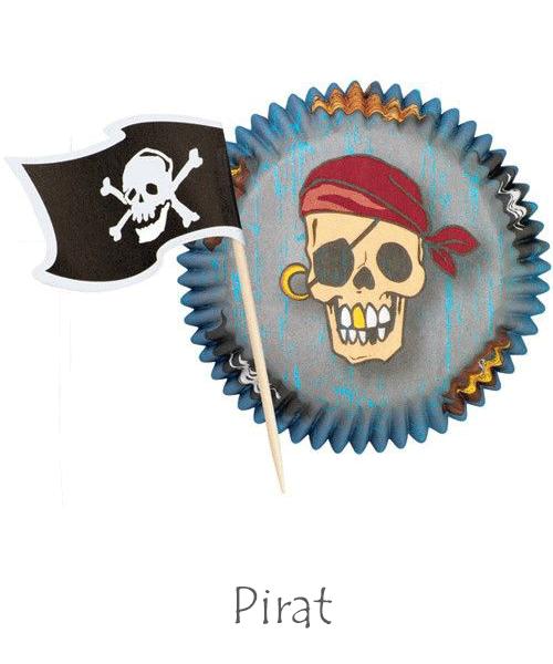 Baka till piratkalaset tårtform piratskepp och muffinsformar pirat med piratflagga