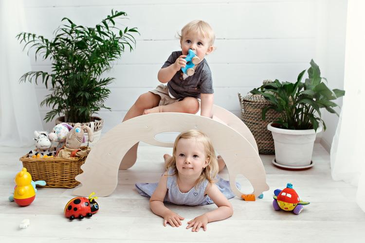Vit babygunga i trä med många användningsområden