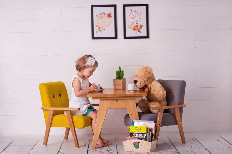Barnbord och två stolar - gul och grå