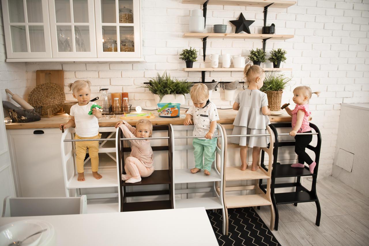 Ena pedagogisk leksak som utvecklar ditt barn - learning tower från Only Handmade