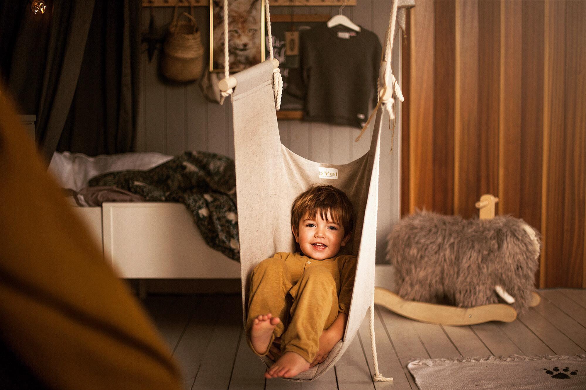 Inomhus hängstol för barn i naturell beige färg