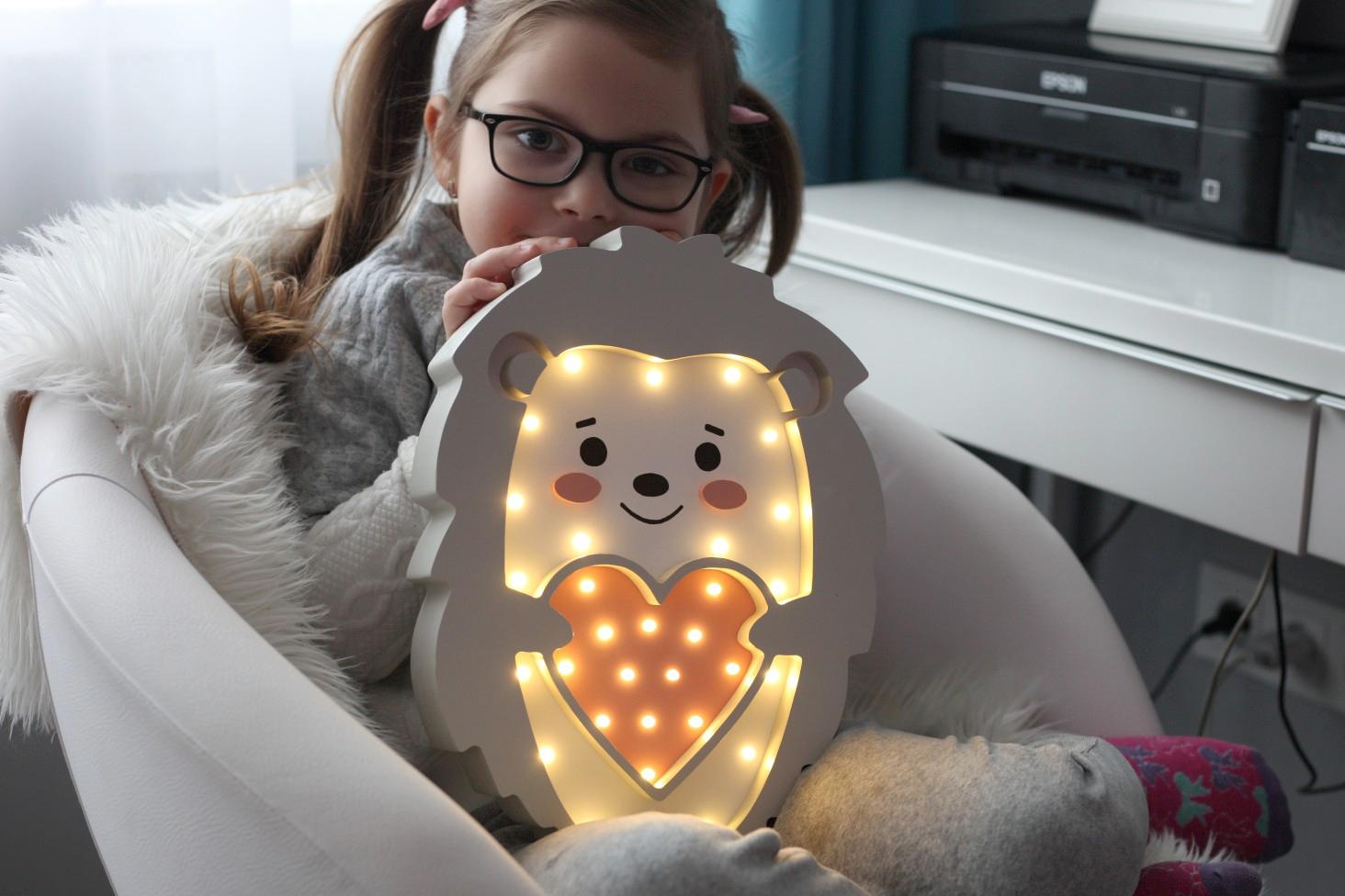 barnlampa eller nattlampa för barn utformad som en igelkott