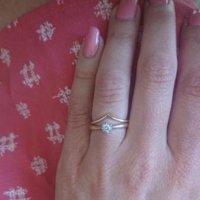 18k V-ring från MNOP Jewelry återvunnet rödguld