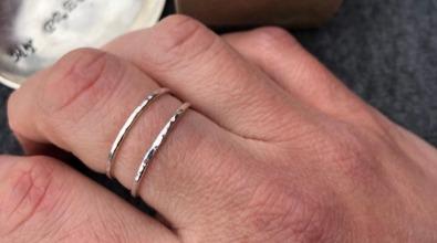 Tunn ring handgjord av återvunnet silver från MNOP Jewerlylry