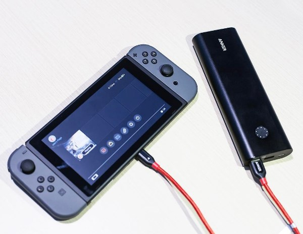 PowerCore+ 20100mAh powerbank laddar en Nintendo Switch