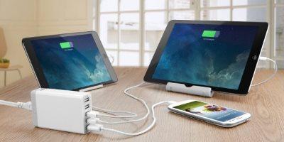 Anker PowerPort 5 mobilladdare som laddar två surfplattor och en telefon - laddare för alla prylar