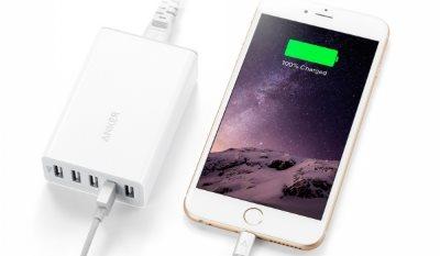 Anker PowerPort 5 mobilladdare som laddar en iPhone - kompakt laddare som är lätt att ta med
