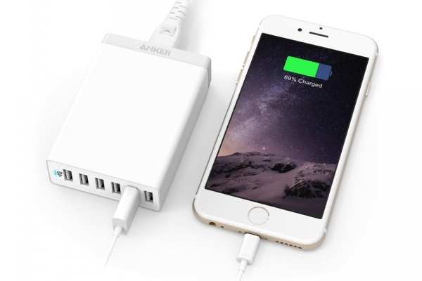 Anker PowerPort 6 mobilladdare som är kompakt laddare, lätt att ta med