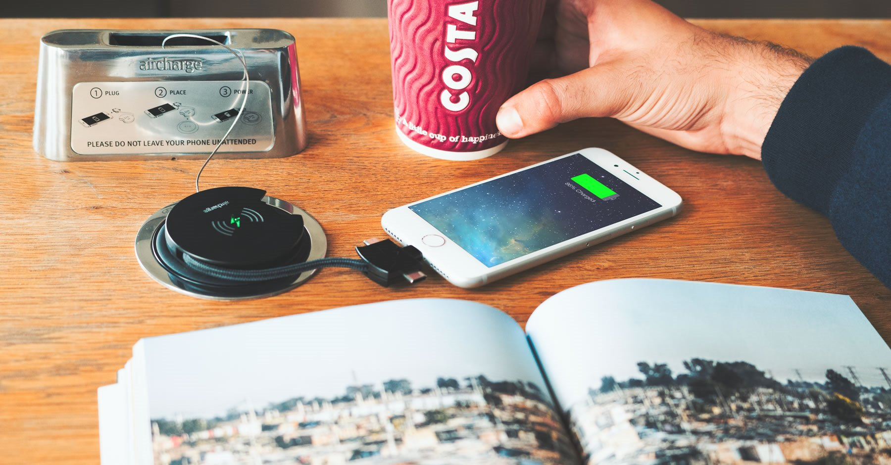 Trådlös laddning på kafé