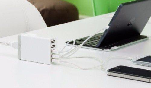Anker PowerPort 5 mobilladdare som laddar en surfplatta och två telefoner