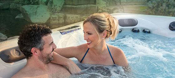 Två personer som avnjuter en härlig stund i ett spa bad