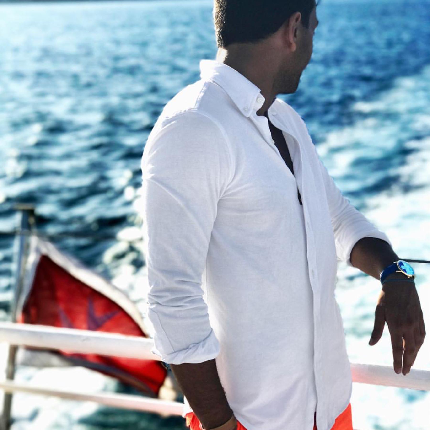 Kille vit skjorta klocka på båt