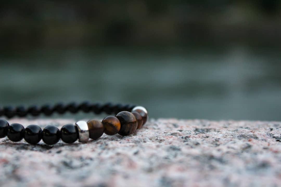 svart brunt armband på berg trendamore