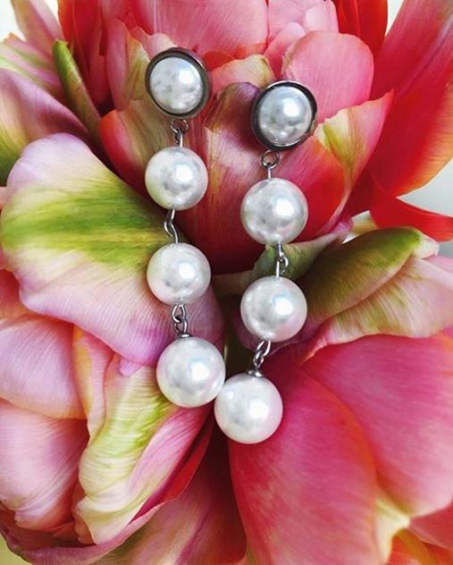 örhängen pärlor och kristall