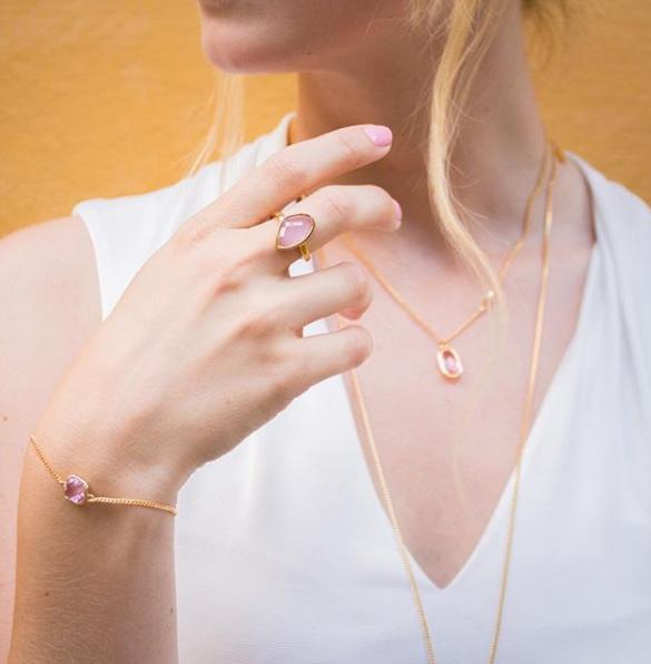 rosa smycken med guld star of sweden