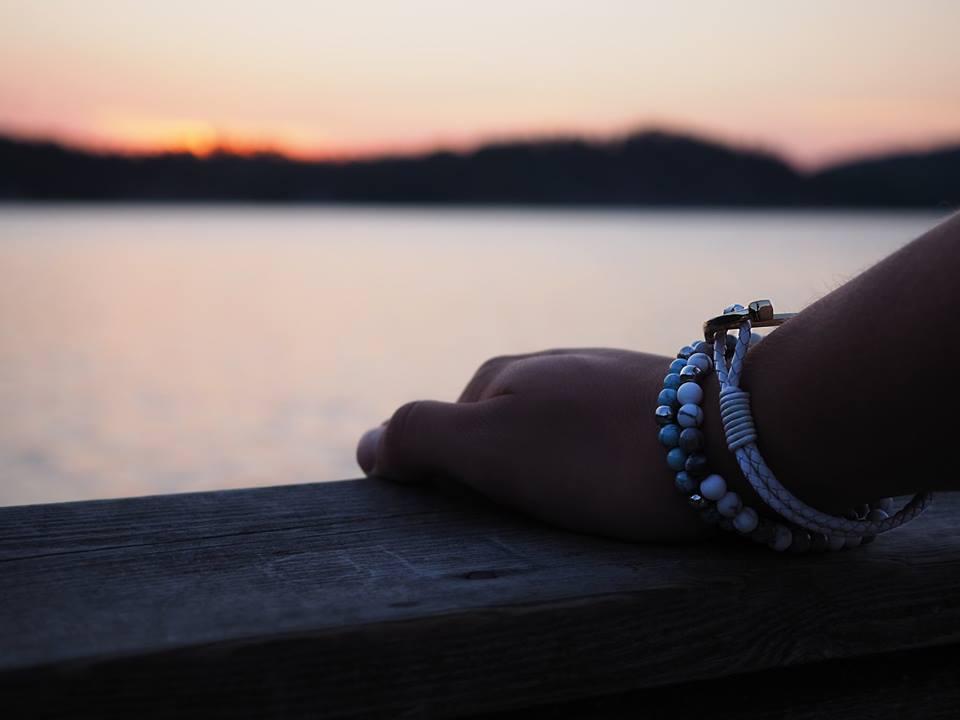 vita armband med stenar solnedgång