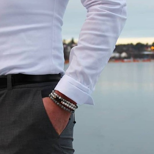 man med vit skjorta armband trendamore
