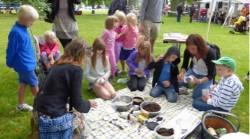 barn sitter i en cirkel och gör experiment