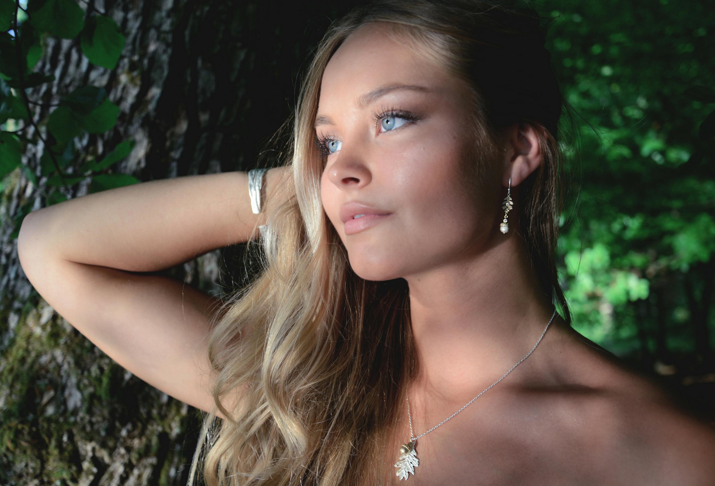 Unika örhängen i silver, guld och bronze. Designen är inspirerad av den svenska naturen och har en matt yta.
