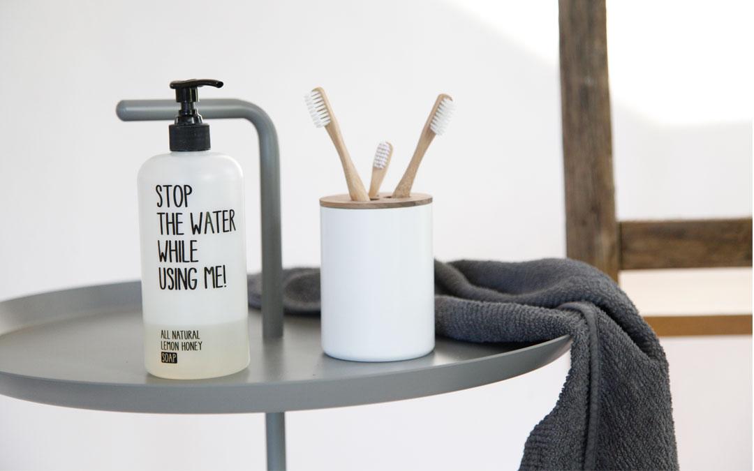 Klimatsmarta badrums-tillbehör: tandborstglas av återvunna brandsläckare
