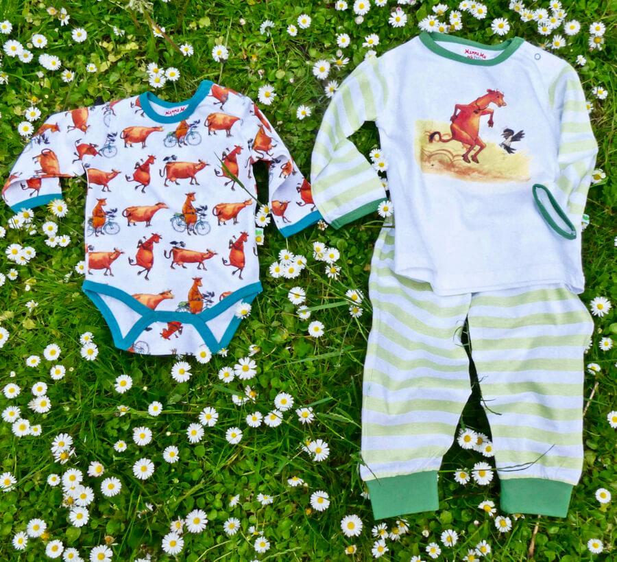 Babykläder frpn Sture & Lisa med motiv från den älskade barnboken Mamma Mu.