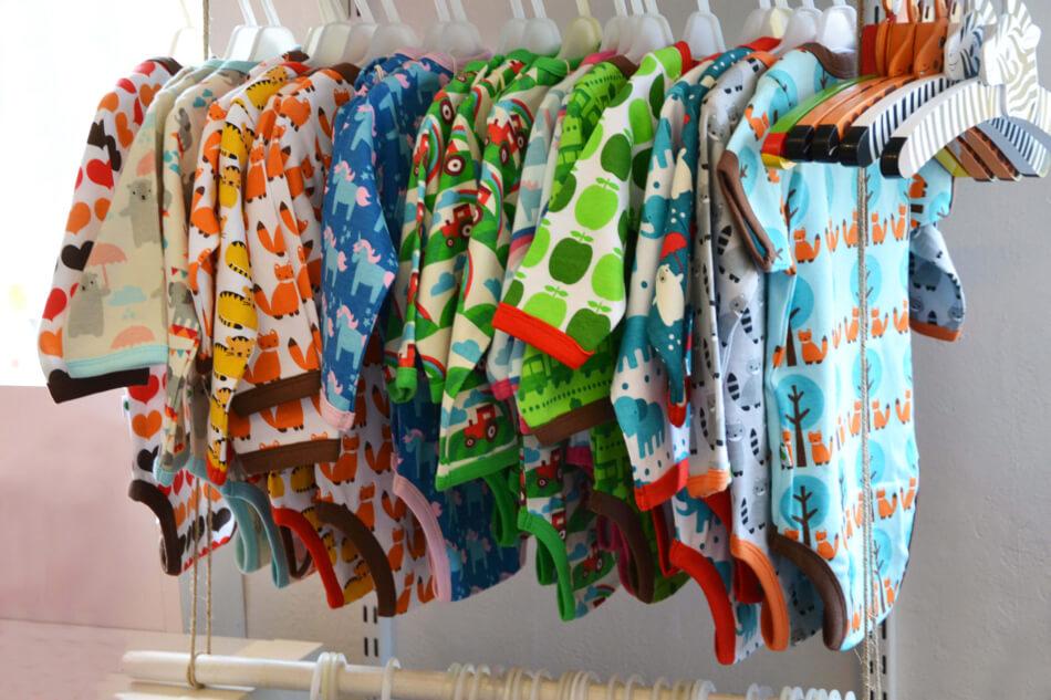 Urval av babykläder i Klotets butik i Lund.