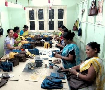 Kvinnor på MKS som tillverkar läderprodukter. Foto: El Puente Fair Trade.