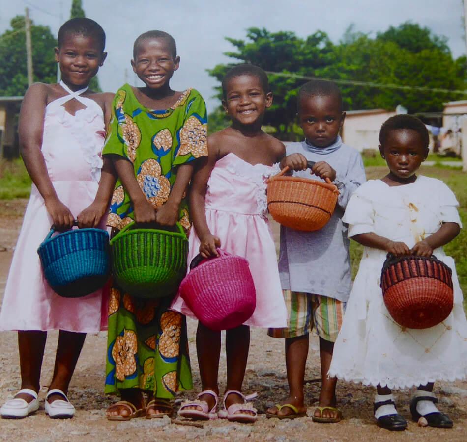 Föräldrarna skapar korgar under rättvisa villkor för en rättvis lön. Ghana, regionen Bolga. Foto: Hammershus Fairtrade.