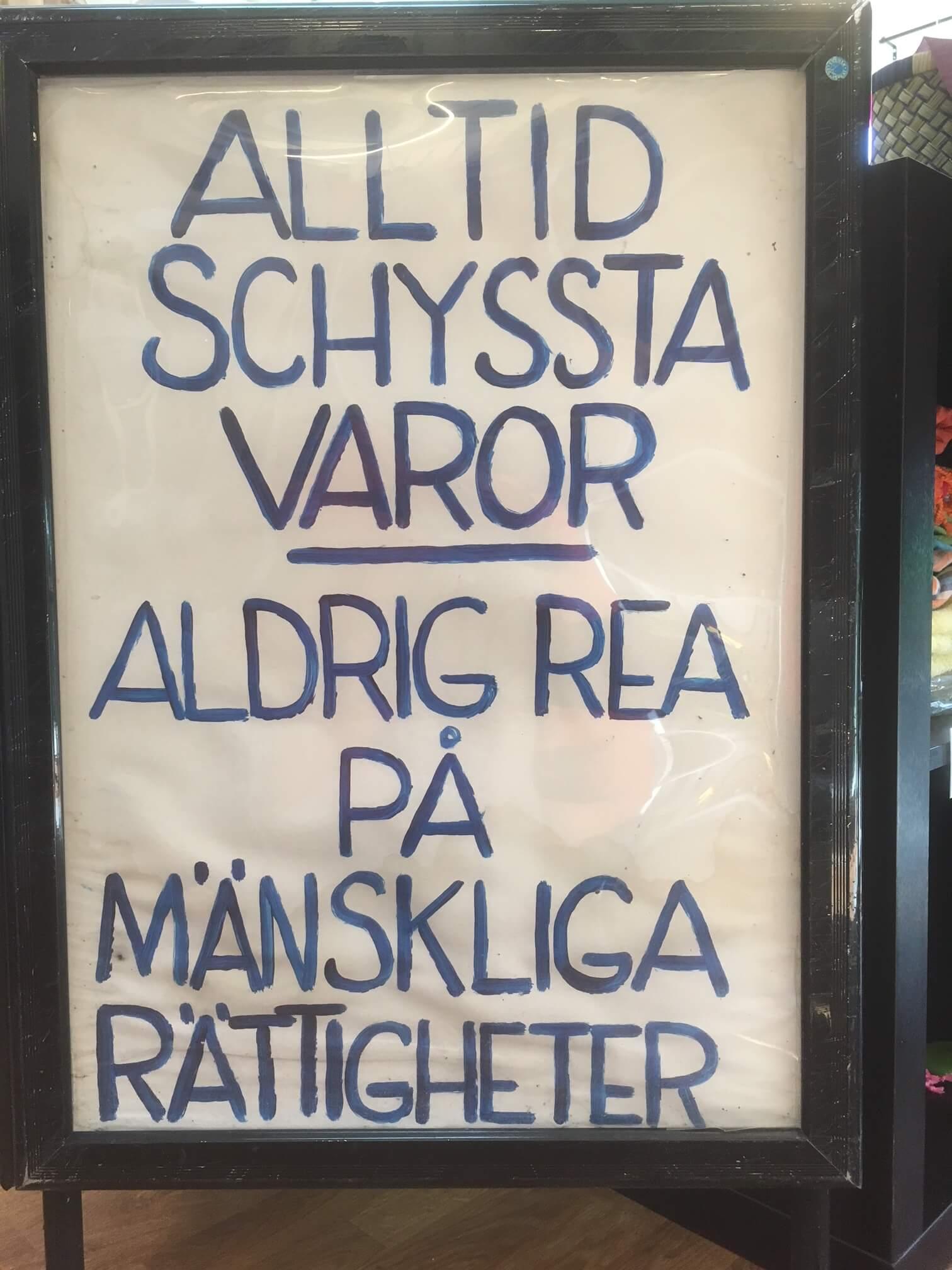 Skylt: Aldrig Rea på mänskliga rättigheter, Världsbutiken Hallsberg
