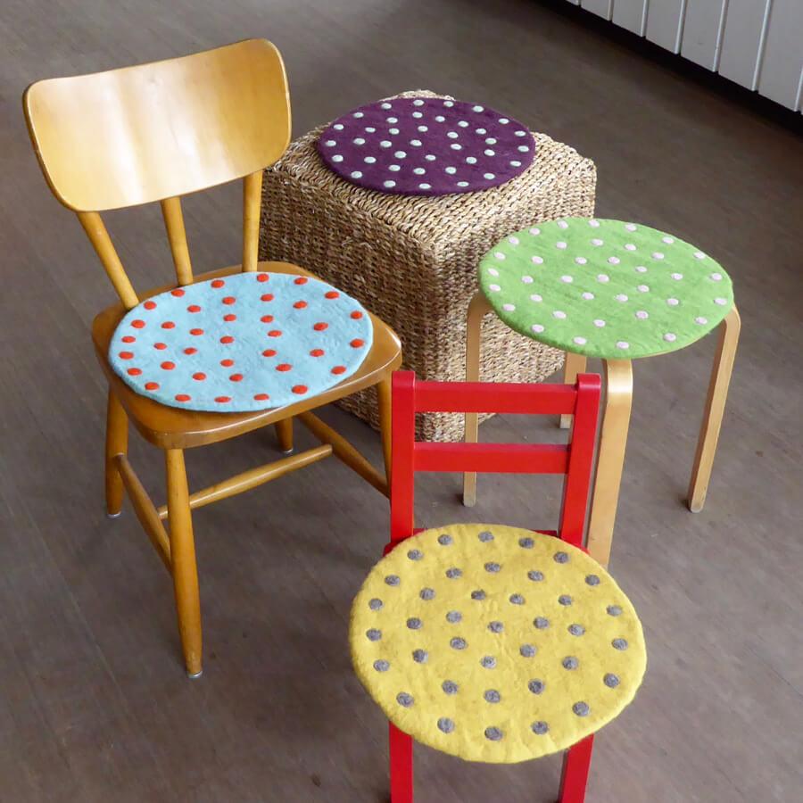 Sittdynor från Afroart, olika färger på olika stolar och sittmöbler. Fair Trade. Foto: Klotet Lund