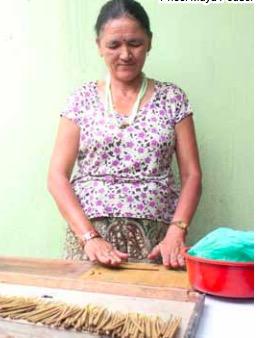 Rökelsestickor rullas för hand kring en liten bambusticka. Foto: Karma fair Trade