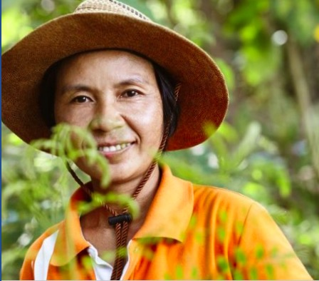 Kryddbonden Khun Orachan från Thailand såtr för receptet till Sambal badjak från Fairtrade Original.
