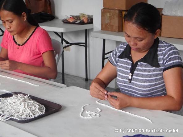 Kvinnor från Shine Accessorize tillverkar smycken av capiz och annat naturmaterial för Fair Trade. Foto: Contigo Fairtrade