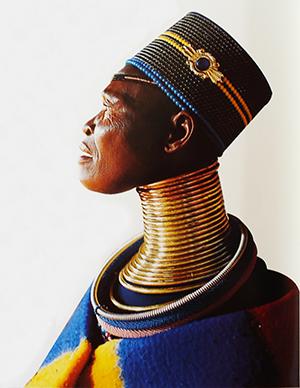 Kvinna med traditionell halsring, ett smycke som inspireradd till prydnaden för flaskan, Ukuva iAfrika, Turqle Trading